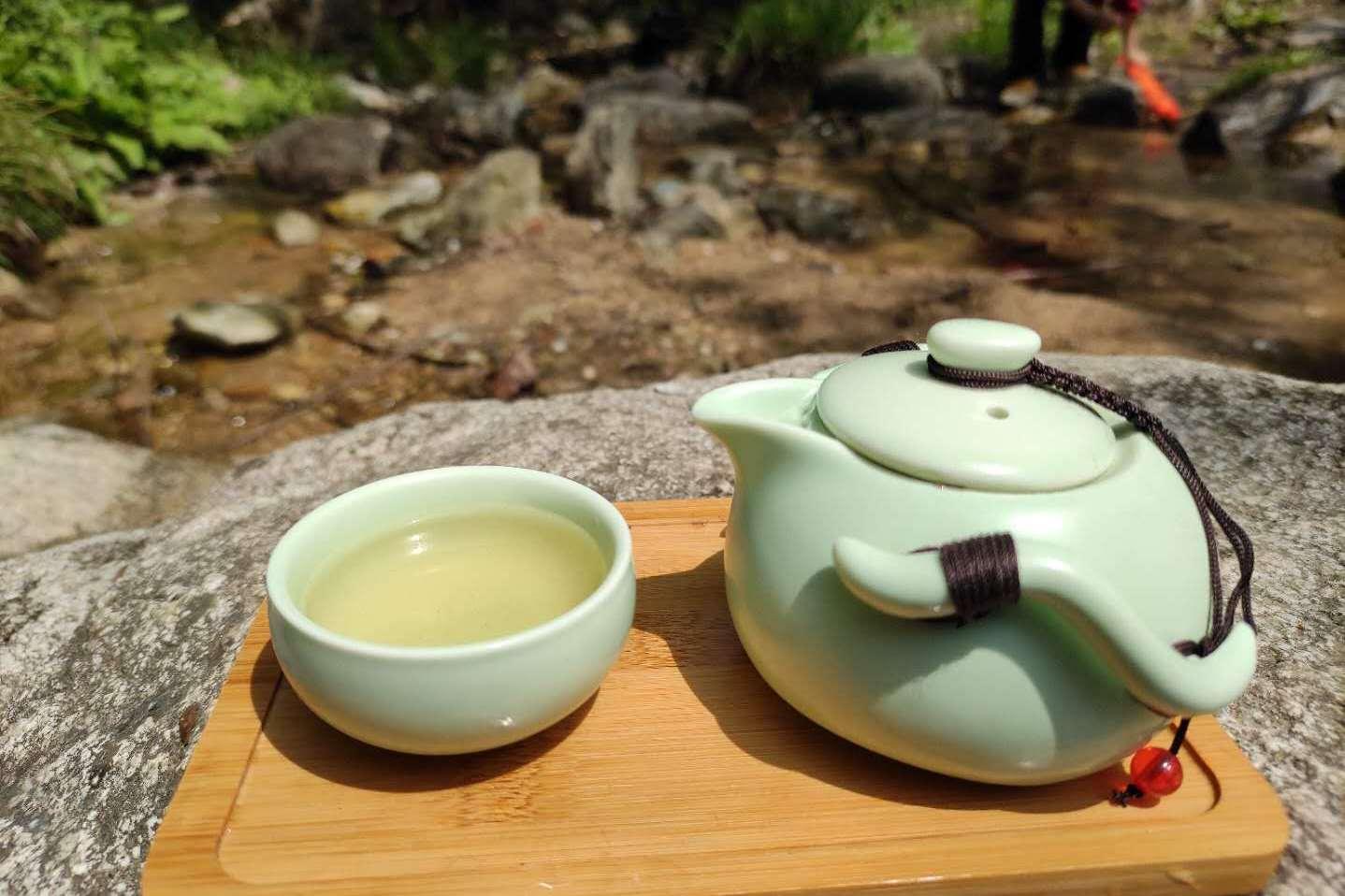 在秦岭终南山溪水边喝茶,看着蓝天白云,听着美妙的水声都是享受