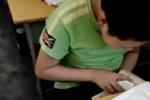 小学生数学考试偷偷翻字典,老师走近一看原来是……