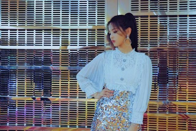 原创杨超越这一身真是绝美,娃娃领衬衫配闪钻裙,学她穿时尚又减龄