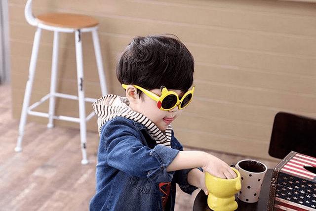 夏天来临,儿童能不能戴太阳镜?看看这几点,别毁了孩子眼睛