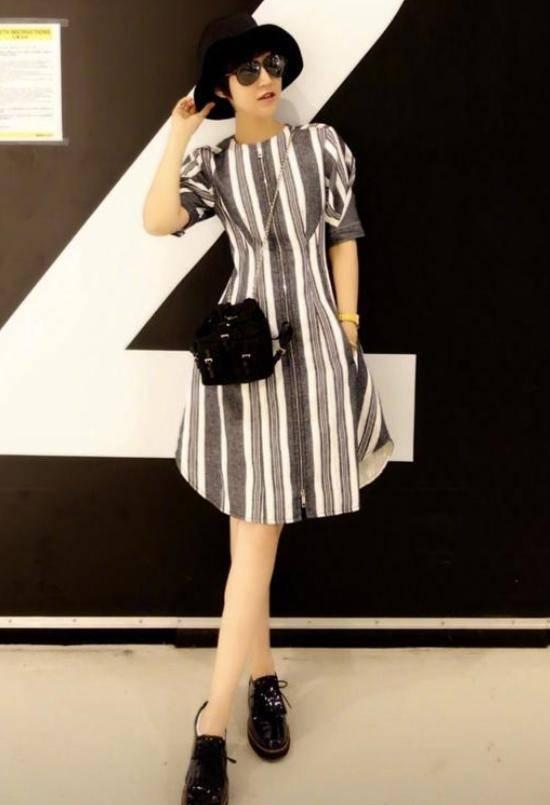 43岁鲍蕾身体真好!穿印花裙身体比例完善,就是大盛饰太显老!