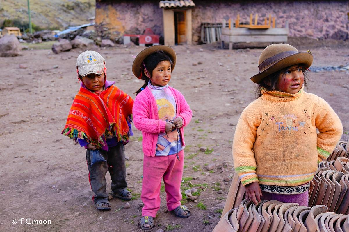 安第斯大山里的孩子,像野花野草一样生机盎然