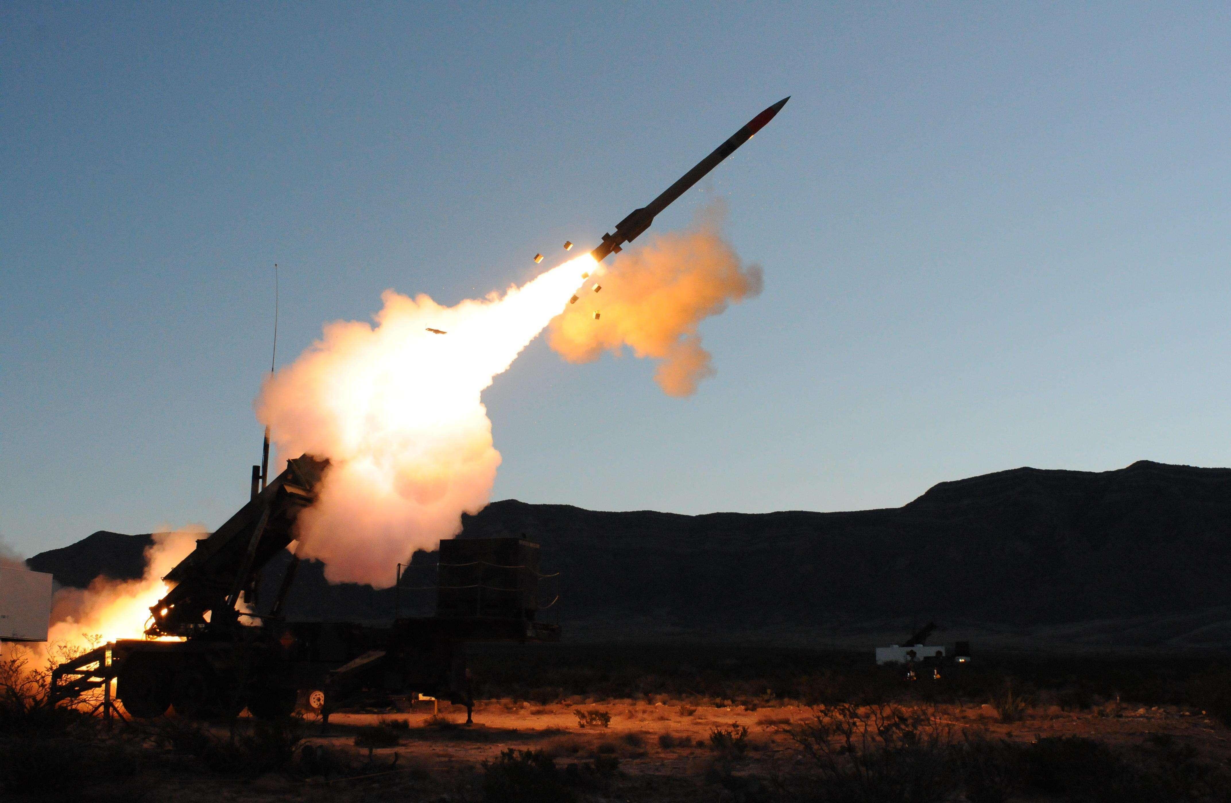 伊朗无人机突袭军事基地,美国情报员被炸死,军火库发生爆炸