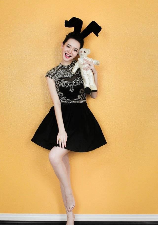 戚薇穿黑白描边套装,撞衫多个明星,但穿得最美照样她!