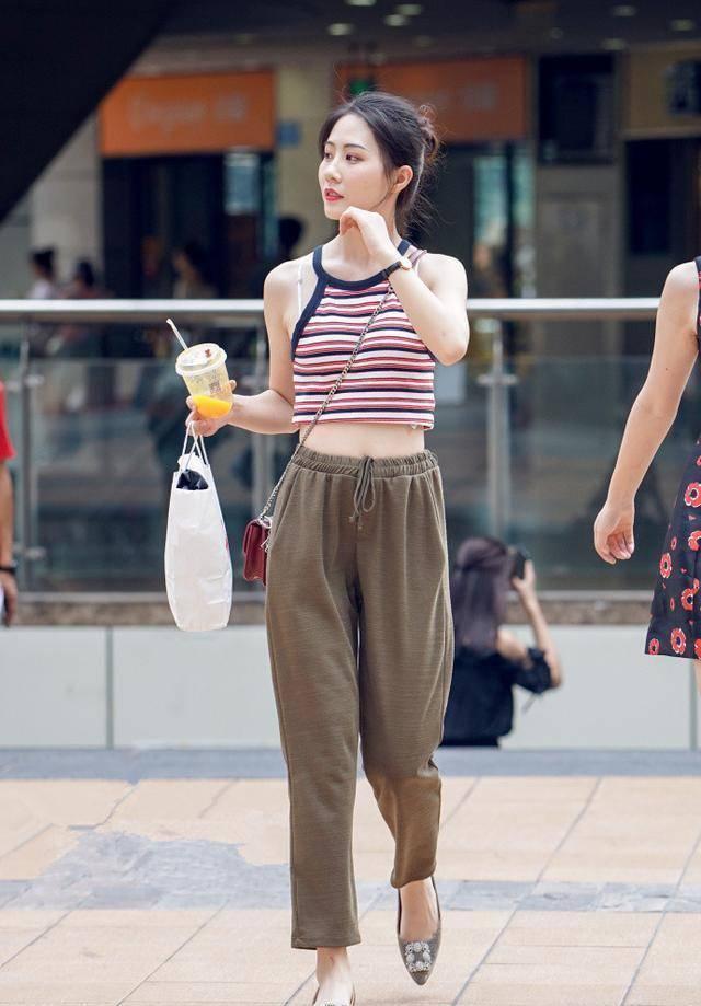 热情活泼的时尚街拍:清新时尚的美女,散发迷人魅力!