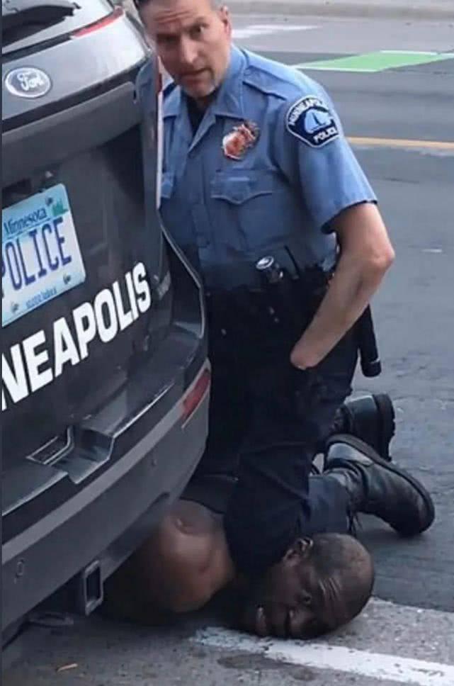 美白人警察暴力致黑人死亡!2大UFC明星愤怒:摆明要让他窒息死亡