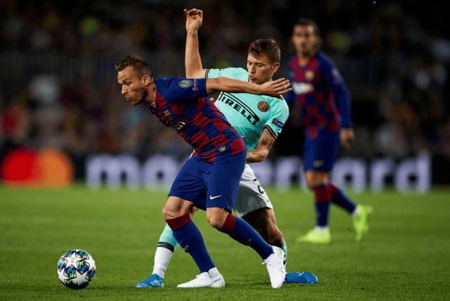 现年23岁的阿图尔出道于格雷米奥,2018年夏天他以3100万欧元的价格加盟巴萨。