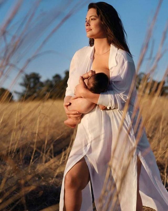 190斤超模生娃后拍大片,穿白裙草地上喂奶,怀孕期不愿丢掉高跟鞋打蜘蛛被误认家暴