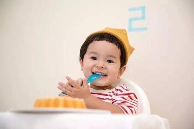 """原创""""嘴馋宝宝""""嫌妈妈喂饭慢,""""钻进碗里""""的动作太好笑,性子真急"""