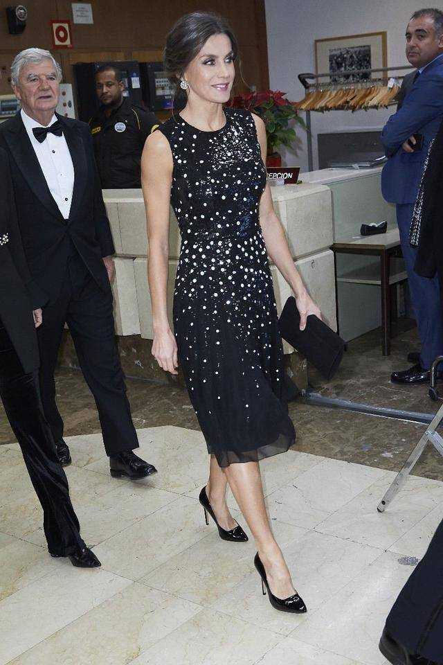西班牙王后终于又穿长裙!穿黑色波点裙露曲线,踩高跟鞋优雅十足小学生最萌诗走红