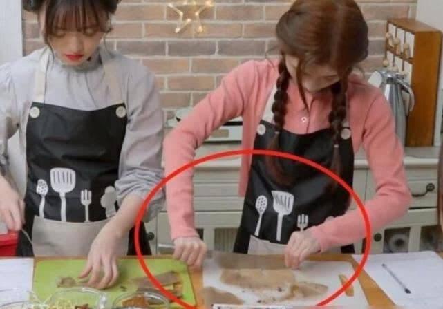 原创 鞠婧祎公主人设翻车?上节目称从没下过厨,被扒下厨时刀法流利