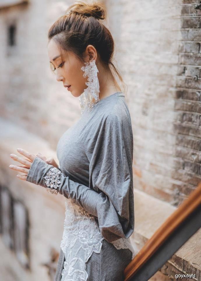 原创杜若溪穿灰色长裙秀傲人身材,网友:气质真好