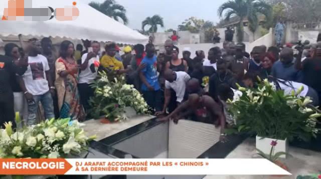原创 33岁男星去世规定需24小时内入土,数百名粉丝无法接受到墓地抢尸