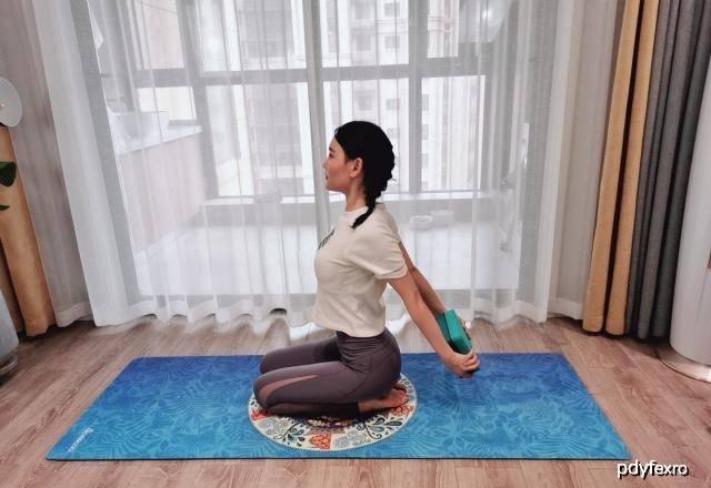 4种瑜伽体式,让你拥有迷人身姿,要坚持练习 锻炼方法 第4张