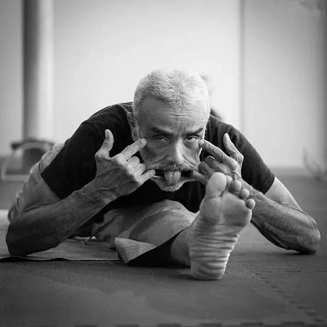 """巴西81岁""""老顽童""""痴迷瑜伽倒立全靠头,网友:这精力我给101分 减肥方法 第3张"""