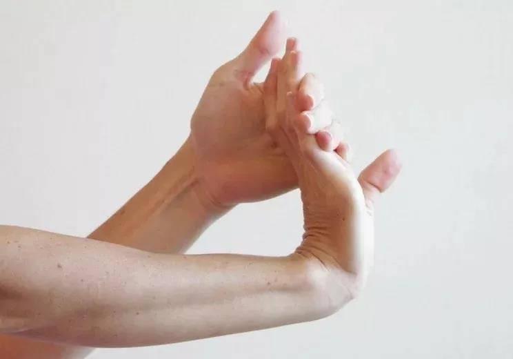 瑜伽前热身要全面,十个拉伸手腕的动作,看完避免伤害_手掌 知识百科 第4张