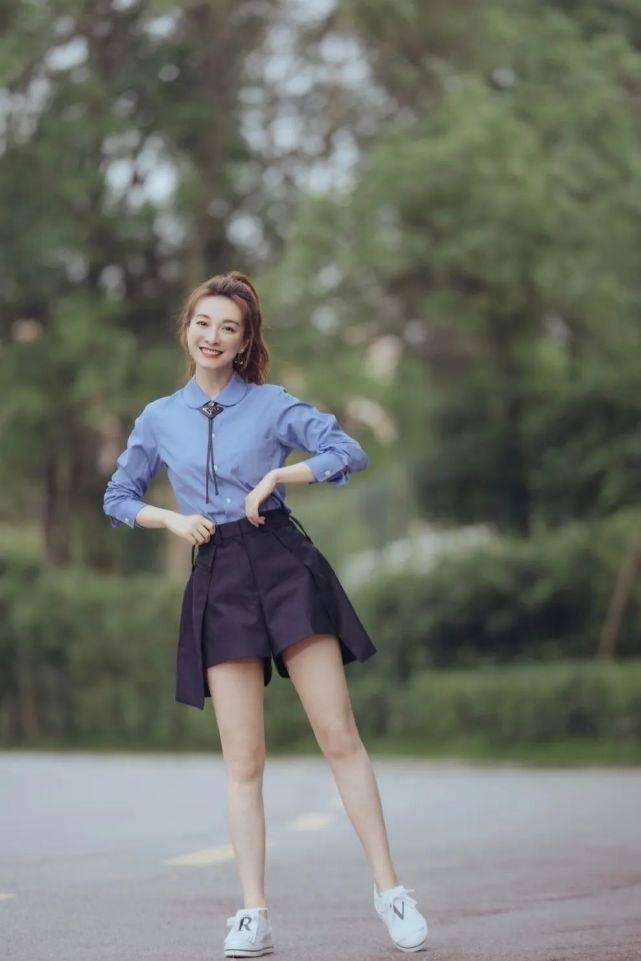 """37岁吴昕穿搭会扮嫩!蓝衬衫配短裤学院气息十足,""""漫画腿""""吸睛"""