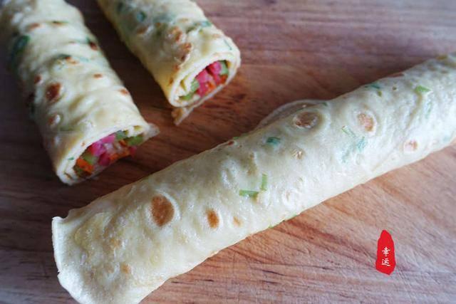 鸡蛋饼里面卷的蔬菜,可以随自己的喜好,自己想吃什么就放什么