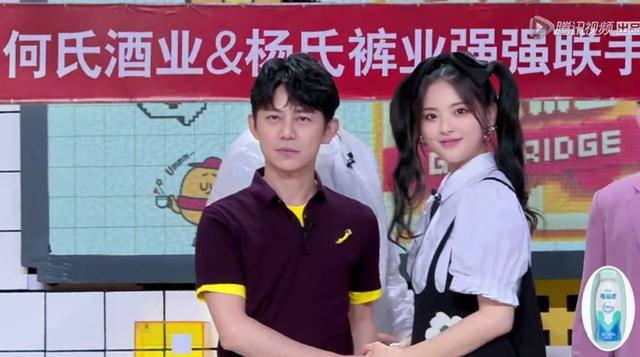 杨超越现场教学黄景瑜,王嘉尔解锁企业家拍照pose,画风很奇特图片