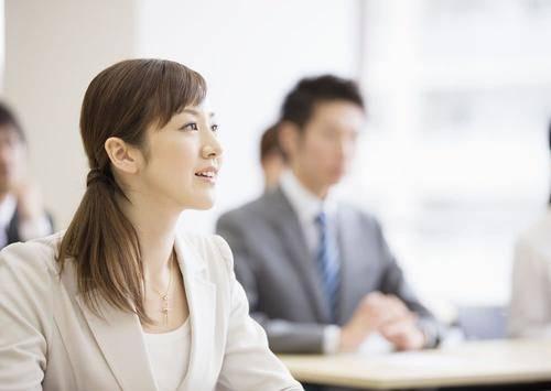 职场中,酒桌上的礼仪的确不容小觑,它关系着一个人的前途和发展