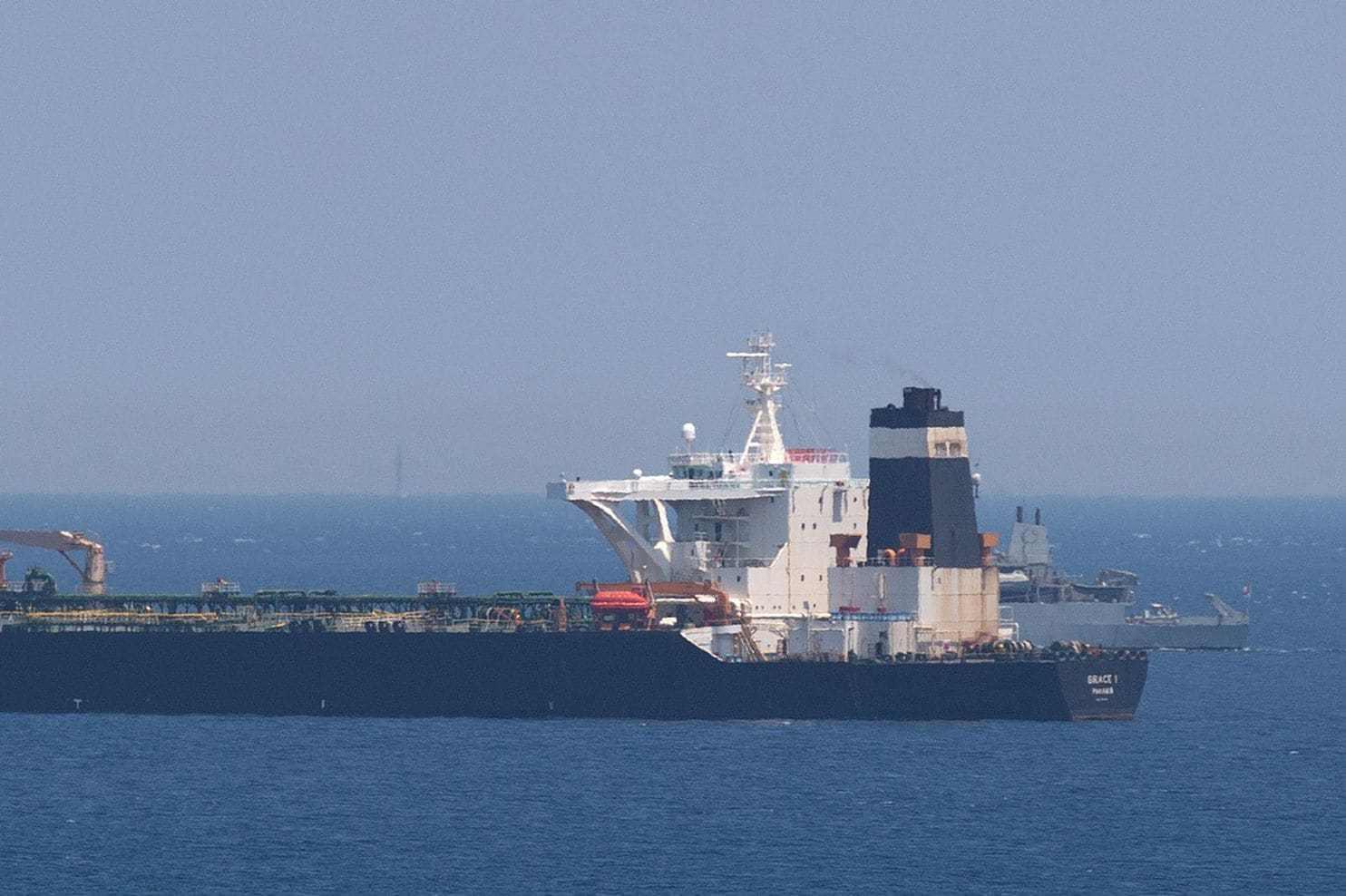 英国没想到伊朗敢反击,大批军舰堵住货轮航线,美舰进入战备状态