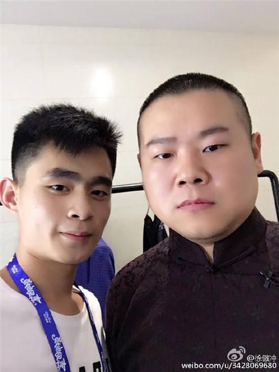岳云鹏和助理冲冲上演续集,烧饼在线吃瓜,不忘捎带栾云平