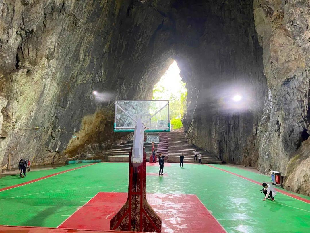 贵州大山发现一座山洞,村民集资24万建成篮球场,冬暖夏凉好舒服
