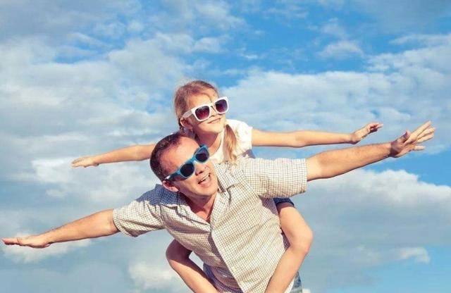"""女大避父分情况,三种""""出格""""父爱行为要避免,教你几招正确宠女"""