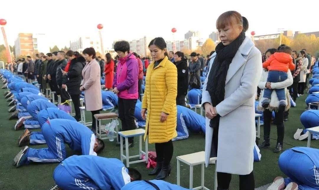 聊城考生才出考场,直奔老师跑去,扑通一声就跪下了!老师也懵了
