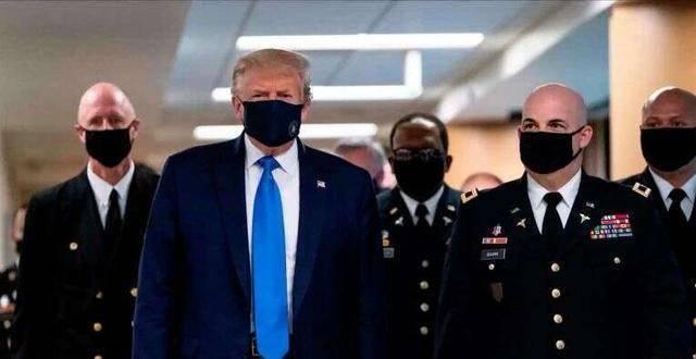 特朗普戴口罩视察军队引发关注,陪同他的上校