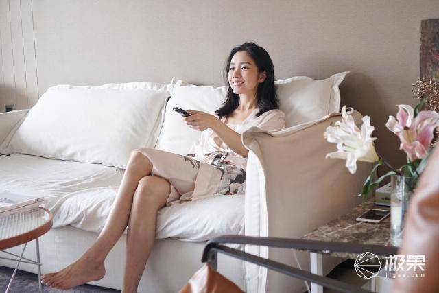 """「海信」精致生活注入灵魂!,时尚博主与海信U7F的""""腻歪""""时光:红酒配大片"""