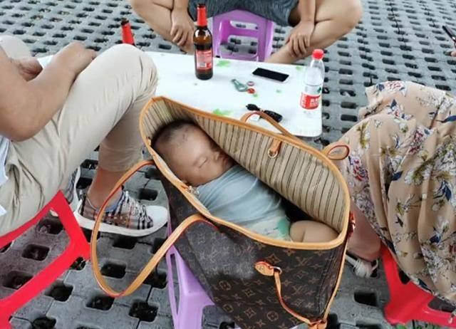 小夫妻吃路边摊,摊主看到宝妈挎包后不淡定了,网友:吃货家长的娃不好当