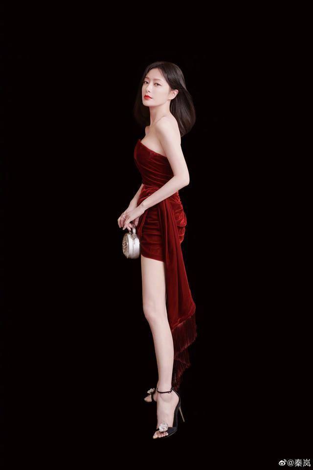 41岁秦岚依旧女神,大背头复古细腻妆容,一出场就是大女人气场