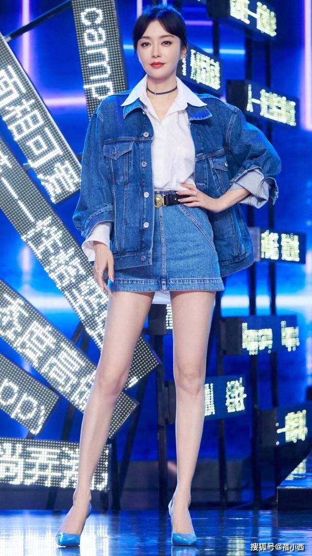 原创秦岚换了风格更有国际范,穿白衬衫配牛仔短裙,大方秀出漫画腿