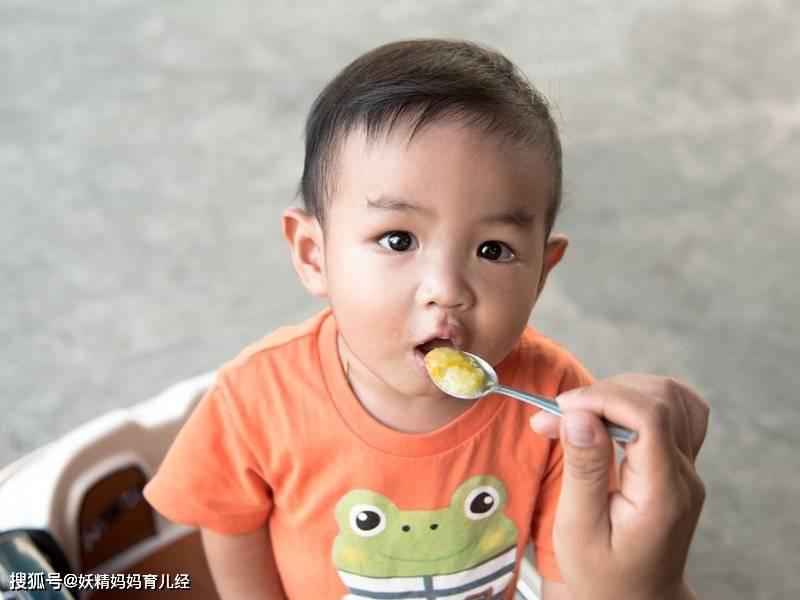 """原创""""乖!吃完饭就让吃零食"""",条件交换骗孩子吃饭,小心越吃越挑食"""