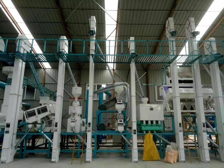 在小型大米加工厂操作大米加工设备时