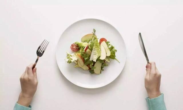 原创坚持不吃晚饭可以减肥?不知不觉,就会发生4个变化!都不是好事