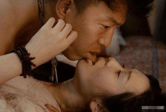 黄渤在与导演生活了12年后,被她吻得羞