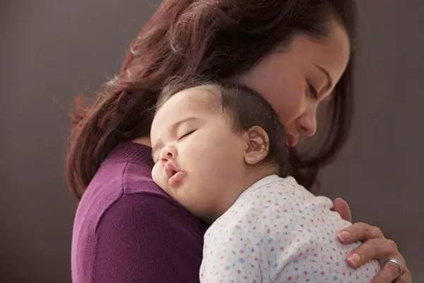 不敢让宝宝趴睡?另外2种睡姿一样有风险,婴儿睡姿调整指南