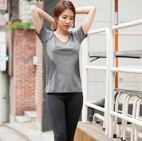 紧身紧身裤:你穿着简单的衣服,以显示