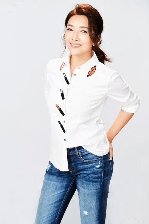 """原创江珊很有""""贵妇""""范,针织衫配牛仔裤看似简单,但却高级又时髦"""