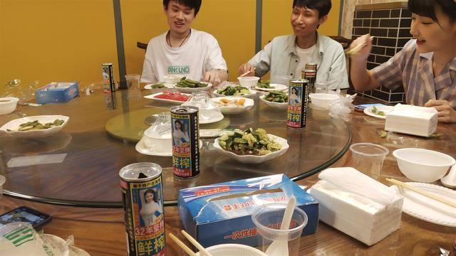 梦泪与KPL解说瓶子、琪琪一起吃龙虾,梦泪的一个举动太暖心了!