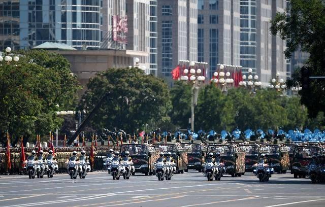 史上最特殊的一次阅兵式,士兵全部荷枪实弹,直接开赴前线