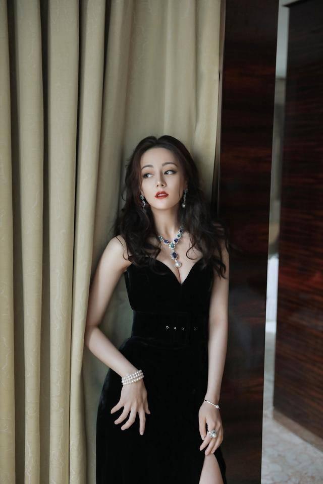 迪丽热巴在时尚圈风生水起,拍广告间隙被网友拍到完美好身材,网友:太漂亮
