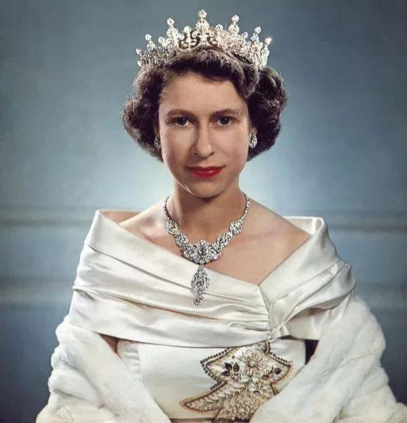 英女王有戴不完的珠宝项链,却钟爱那一条最简单的,搭配什么都好看