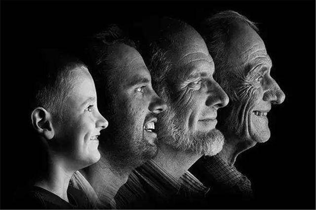 遗传到底有多强大?祖孙三辈分别在三个房间,动作却如出一辙