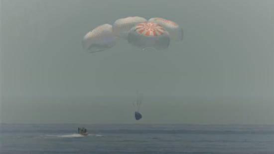 【SpaceX龙飞船载2名宇航员返回地球,45年来首次溅落海上】