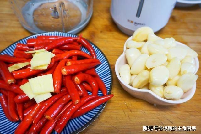 万能蒜蓉辣酱的做法,方法简单,蒜香味浓郁,拌啥都好吃