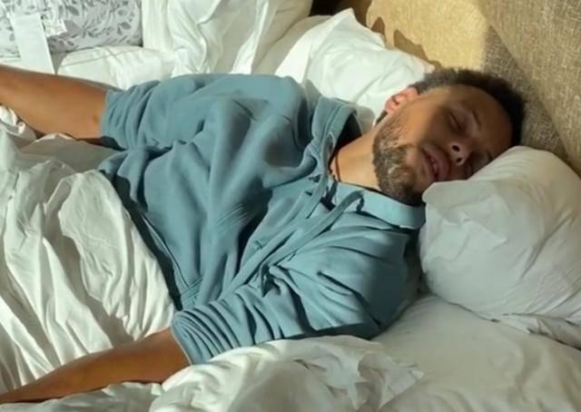 斯蒂芬投啊!库里睡梦中惨遭阿耶莎恶搞:我还以为自己在奥兰多