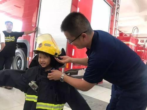 """消防员和萌娃拔河假装""""放水"""",表现超暖心,都是""""最可爱的人"""""""